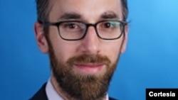 Laurence Chandy, director de investigación de datos y política de UNICEF, dice que el internet signifcia muchos riesgos para los niños.