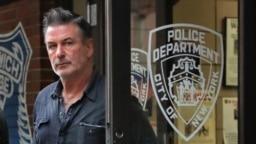 L'acteur Alec Baldwin sort du commissariat du 10e arrondissement de la police de New York, vendredi 2 novembre 2018.