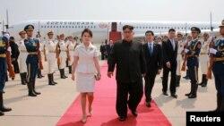 El líder de Corea del Norte, Kim Jong Un, y su esposa, Ri Sol Ju a su llegada a Beijing, China, en una foto divulgada el 20 de junio de 2018 por la agencia oficial de noticias norcoreana.