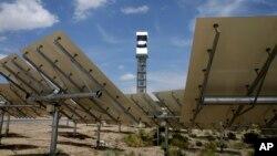 Plantas de CSP consisten en miles de espejos que reflejan la luz solar en una torre central cubierta de un material que absorbe la luz.