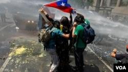 Unos 37 jóvenes fueron detenidos durantes los enfrantamientos entre estudiantes y policías, este fin de semana. Dos resultaron heridos.