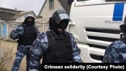Обшуки проводять співробітники відразу декількох відомств: МВС Росії, ФСБ і Росгвардії