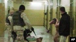 ၂၀၀၃ခုႏွစ္ ဒီဇင္ဘာလ ၁၂ရက္က အီရတ္ ႏိုင္ငံ၊ ဘဂၢဒက္ၿမိဳ႕၊ Abu Ghraib အက်ဥ္းေထာင္တြင္ ျဖစ္ပြားခဲ့ေသာ အက်ဥ္းသားတစ္ဦးကို ညွဥ္းပမ္းေနသည့္ ျဖစ္ရပ္ကို ေအပီသတင္းဌာနက ရရွိထားသည့္ဓါတ္ပံု။