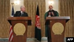 Bộ trưởng Quốc phòng Hoa Kỳ Robert Gates (trái) và Tổng thống Afghanistan Hamid Karzai trong cuộc họp báo chung tại thủ đô Kabul, ngày 7/3/2011