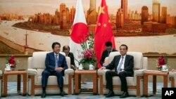Thủ tướng Shinzo Abe và Thủ tướng Trung Quốc Lý Khắc Cường, ngày 25/10/2018 tại Bắc Kinh.