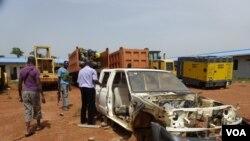Des voitures attaquées à Bangui (Nick Long/VOA)