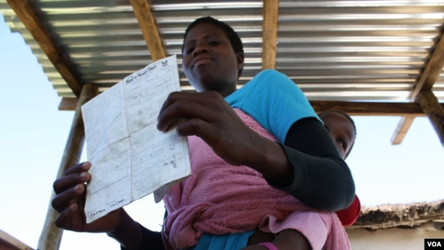 Nontsatsa Nosele has brought her sick baby son to get medical help at the health point (D. Taylor/VOA)