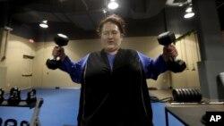 Además de realizar algo de gimnasia, investigadores descubrieron que levantar pesas podría reducir el riesgo de diabetes en las mujeres.