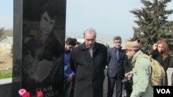 Mehman Hüseynov Elmar Hüseynovun qəbri önündə
