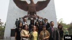 Catherine Pandjaitan (depan, kedua dari kiri), putri sulung Mayjen Anumerta DI Pandjaitan bersama keluarga di depan Monumen Pancasila Sakti, Jakarta (1/10). (VOA/Andylala Waluyo)