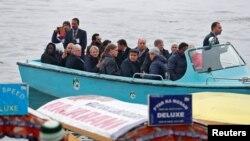 گزشتہ سال بھارتی کشمیر کا دورہ کرنے والے سفارت کار ڈل جھیل کی سیر کر رہے ہیں۔