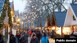 """Holiday markets can be fun. But try not to spend too much money! """"Spend money"""" is an example of a collocation."""