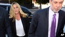 Penyanyi Alanis Morissette (kiri), tiba bersama pengacaranya Allen Grodsky di pengadilan federal AS untuk mendengar keputusan kasus penggelapan uang yang dilakukan mantan manajernya Jonathan Todd Schwartz, 3 Mei 2017, di Los Angeles. (AP Photo/Chris Pizzello)