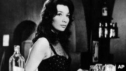 Juliette Greco dans une scène du film Les Racines du Ciel de John Huston en 1958, tourné en Afrique équatoriale française, aujourd'hui les pays du Gabon, du Tchad, du Congo et de la Centrafrique. (Photo AP)