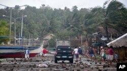 Otpaci na jednom putu u priobalnom selu Legazpi, na Filipinima, posle prolaska tajfuna Haijan