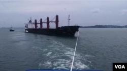인도네시아에 억류됐던 북한 선박 '와이즈 어네스트'호가 지난달 27일 발릭파판 인근 억류지점에서 예인선에 이끌려 이동하고 있다.