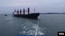인도네시아에 억류됐던 북한 선박 '와이즈 어네스트'호가 지난 3월 예인선에 이끌려 이동하고 있다.