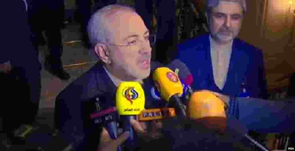 محمد جواد ظريف، وزير امور خارجه جمهوری اسلامی ايران در لوزان با حبرنگاران گفتگو می کند.