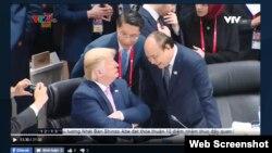 Tổng thống Mỹ Donald Trump và Thủ tướng Việt Nam Nguyễn Xuân Phúc tại G20 ở Osaka, Nhật Bản, ngày 28/6/2019. Ông Trump hôm 26/6 chỉ trích Việt Nam vì lạm dụng thương mại với Mỹ. (Ảnh chụp từ VTV1)