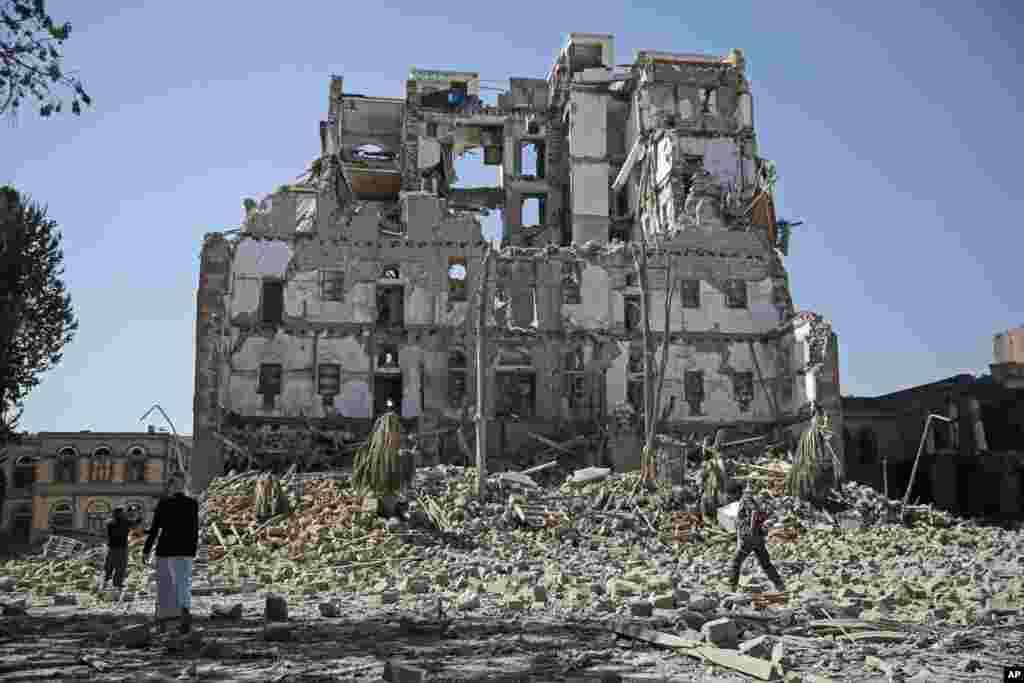 ក្រុមឧទ្ទាម Houthi Shi'ite ដើរកាត់កំទេចអគារ Republican Palace ដែលត្រូវបានបំផ្លិចបំផ្លាញដោយការវាយប្រហារតាមអាកាសដឹកនាំដោយក្រុម Saudi ក្នុងទីក្រុង Sana'a ប្រទេសយេម៉ែន។