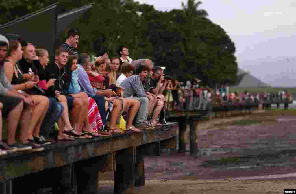 ساحل سمندر پر سورج گرہن کا نظارہ کرنے والوں کا ہجوم