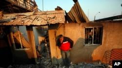 Los damnificados del incendio regresaron a sus hogares la mañana del domingo y encontraron solo escombros.