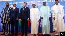 法國總統馬克龍(左三)星期日在馬里的巴馬科舉行的首腦會議上