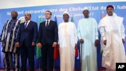 (De gauche à droite) Les présidents Roch Marc Christian Kabore du Burkina Faso, Mohamed Ould Abdel Aziz de la Mauritanie, Emmanuel Macron de la France, Ibrahim Boubacar Keïta du Mali, Idriss Deby du Tchad et Mahamadou Issoufou du Niger, lors du sommet G5 Sahel à Bamako, Mali, 2 juillet 2017.