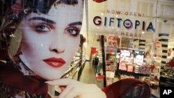 纽约丝芙兰橱窗促销节日礼品。(2013年11月18日资料照)