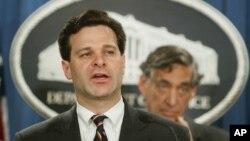 2003年11月4日,時任美國司法部助理部長的克里斯托弗·瑞伊在司法部記者會上。