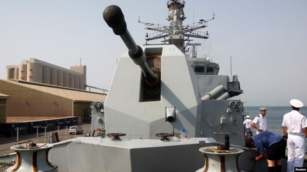 """英國皇家海軍""""薩瑟蘭號""""護衛艦前甲板(2011年資料照)"""