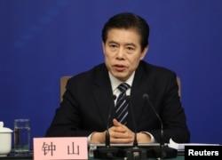 中国商务部部长钟山2018年3月11日出席记者会(路透社)
