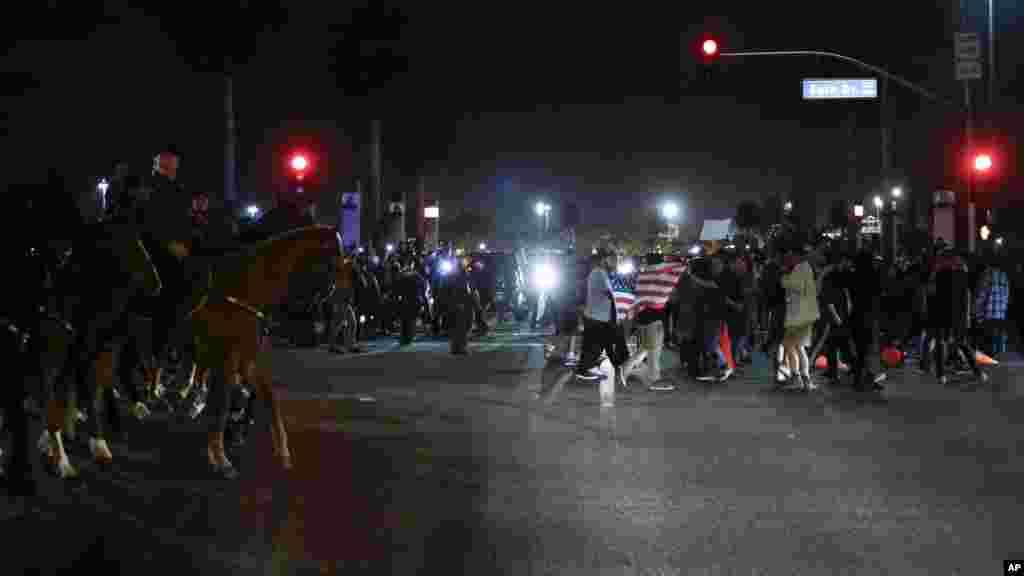 Les manifestants dans la rue après le rassemblement pour le candidat présidentiel républicain Donald Trump à Costa Mesa, le 28 avril 2016.