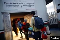 Miembros de una caravana de migrantes centroamericanos ingresan a un centro de la agencia de aduanas y protección fronteriza de EE.UU. para solicitar asilo. Tijuana, Mexico. Mayo 2, de 2018.