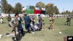 اسٹیڈیم میں دھماکے کے بعد اہلکار زخمیوں کو منتقل کر رہے ہیں۔
