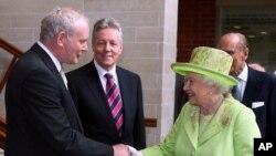 Nữ hoàng Elizabeth bắt tay ông Martin McGuinness, cựu thủ lãnh của Đội quân Cộng hòa Ireland, hiện giữ chức phó thủ hiến Bắc Ireland