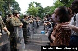 مظاہرین کو آگے بڑھنے سے روکنے کے لیے وائٹ ہاؤس کے سامنے نیشنل گارڈز تعینات ہیں۔ 4 جون 2020