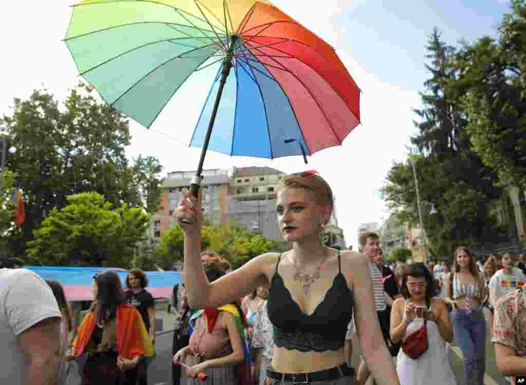 رژه سالانه دگرباشان جنسی در شهر بخارست پایتخت رومانی با حضور هزاران نفر برگزار شد. حاضران در این رژه خواستار حقوق برابر برای همجنسگرایان شدند. از حدود بیست سال پیش، دیگر همجنسگرایی در رومانی جرم نیست.