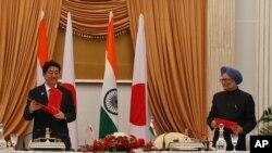 日本首相安倍晋三(左)1月25日在印度首都新德里与印度总理辛格会晤