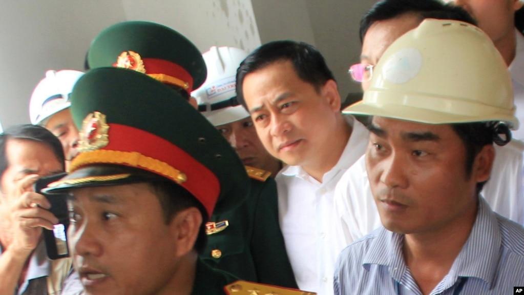 """Vũ """"Nhôm"""" (áo trắng) tại Đà Nẵng, tháng Tư, 2016."""