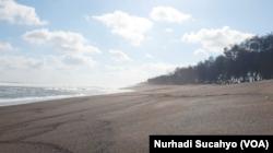Pantai Goa Cemara, Bantul, DIY, tanpa pengunjung di masa PPKM Darurat. (Foto: VOA/Nurhadi Sucahyo)