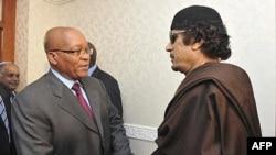 Kaddafi Güney Afrika Devlet Başkanı Jacob Zuma ile
