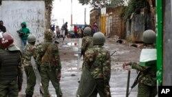 26일 대선 재투표가 실시된 케냐 나이로비에서, 선거에 반대하는 시위대와 경찰이 대치하고 있다.