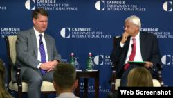 美國國防部負責亞太安全事務的助理部長薛瑞福(左)8月29日在華盛頓的卡內基國際和平基金會座談(網絡視頻截圖)