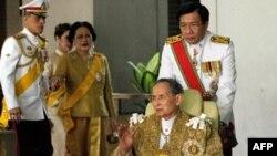 В кресле король Таиланда Пумипон Адульядет Великий (Рама IX)