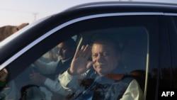 سابق وزیرِ اعظم نواز شریف احتساب عدالت میں پیشی کے بعد واپس روانہ ہورہے ہیں۔ (فائل فوٹو)