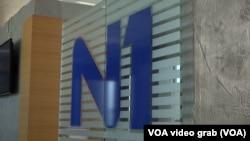 Logo N1, u prostorijama te kuće na Novom Beogradu, Srbija.