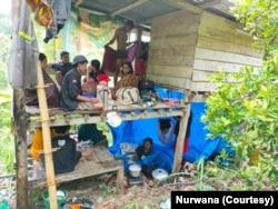 Warga mengungsi di sebuah rumah sederhana di perbukitan dusun Buttu Lombongan, Desa Tammerodo Utara, Kec. Tammerodo Sendana, Kabupaten Majene, Minggu, 17 Januari 2021. (Foto: Nurwana)