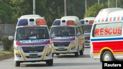 ລົດໂຮງໝໍນໍາເອົາສົບ ຂອງນັກທ່ອງທ່ຽວຕ່າງປະເທດ ທີ່ຖືກສັງຫານໂດຍມືປືນທີ່ບໍ່ຮູ້ຊື່ ຢູ່ຕີນພູ Nanga Parbat ລຸນຫລັງທີ່ສົບດັ່ງກ່າວໄດ້ຖືກນໍາໄປຄ້າຍທະຫານໃນເມືອງ Rawalpindi ໃນວັນທີ 23 ມິຖຸນາ 2013.