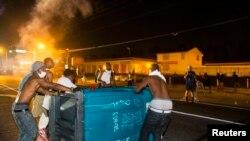 Người biểu tình đốt phá tại Ferguson, Missouri, ngày 18/8/2014.